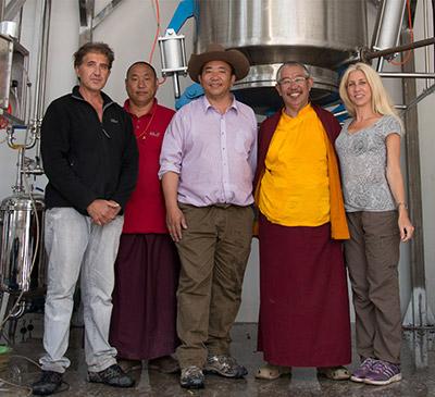 Il team di Anastore e del laboratorio Hévéa con i fondatori del dispensario di Dzongsar